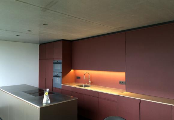 Moderne keuken in twee kleuren plaatmateriaal